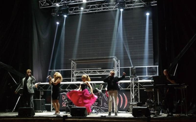 Grupo completo en el escenario