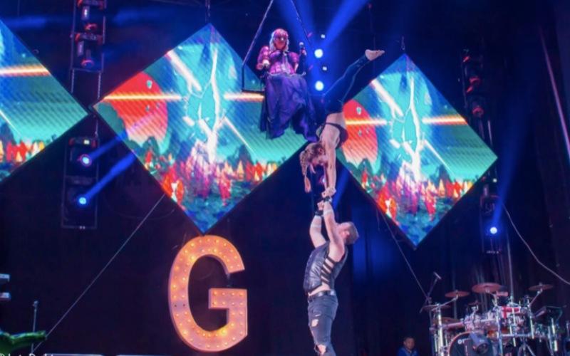 Duo acrobático con cantante en columpio