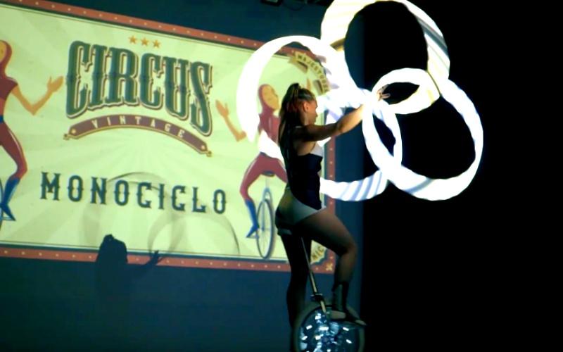 chica performance en monociclo con aros