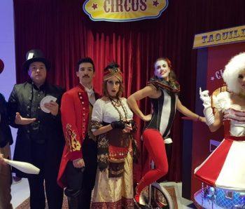 personajes de circo vintage en hotel