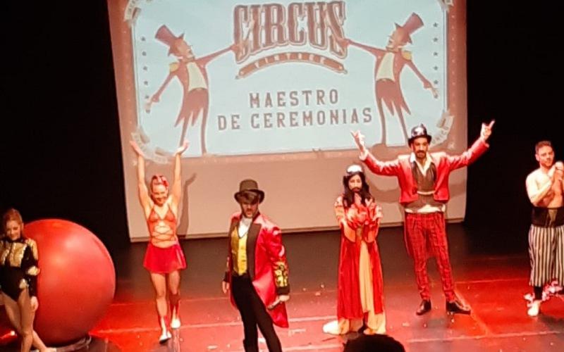 maestro de ceremonia y performance de circo