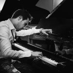 Piano y voz Mike Martin