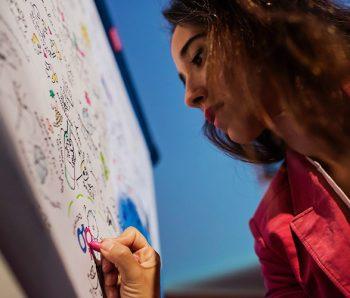 Marina Marisma realizando Visual thinking